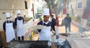 سجناء يطبخون ويقدمون الطعام للزائرين في سجن طرة بالقاهرة خلال جولة إعلامية يوم الاثنين (أ ف ب)