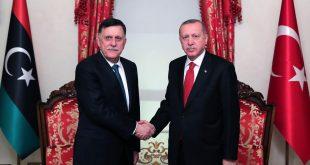 الرئيس رجب طيب أردوغان (يمين) يصافح فايز السراج رئيس حكومة الوفاق الوطني الليبي في اسطنبول في 27 نوفمبر
