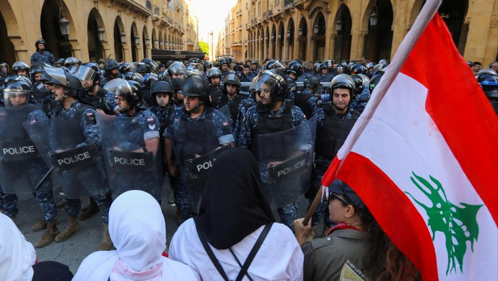 صورة الاحتجاجات في لبنان.. اشتباك بين المتظاهرين والأمن ومحاولات لعرقلة التصويت على الحكومة