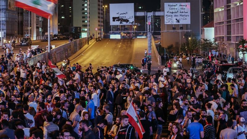 صورة متظاهرون لبنانيون غاضبون يتجمعون أمام منزل رئيس الوزراء الجديد