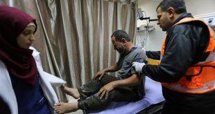 أحد الفلسطينيين المصابين بالغارات الإسرائيلية على غزة (رويترز)