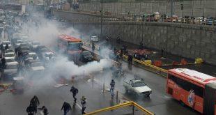 الشرطة تطلق الغاز المسيل للدموع لتفريق المتظاهرين في العاصمة طهران (رويترز)