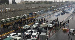 مواطنون إيرانيون يوقفون سياراتهم على طريق سريع في طهران للاحتجاج على ارتفاع أسعار الغاز في إيران في 16 نوفمبر (رويترز)