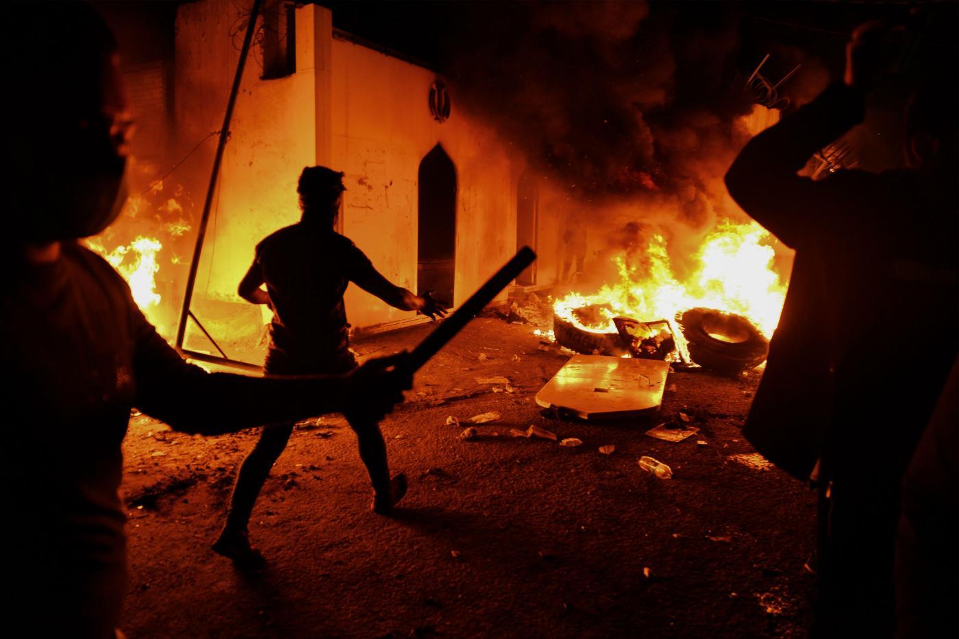جانب من إحراق المتظاهرين القنصلية الإيرانية في النجف (أ ف ب)