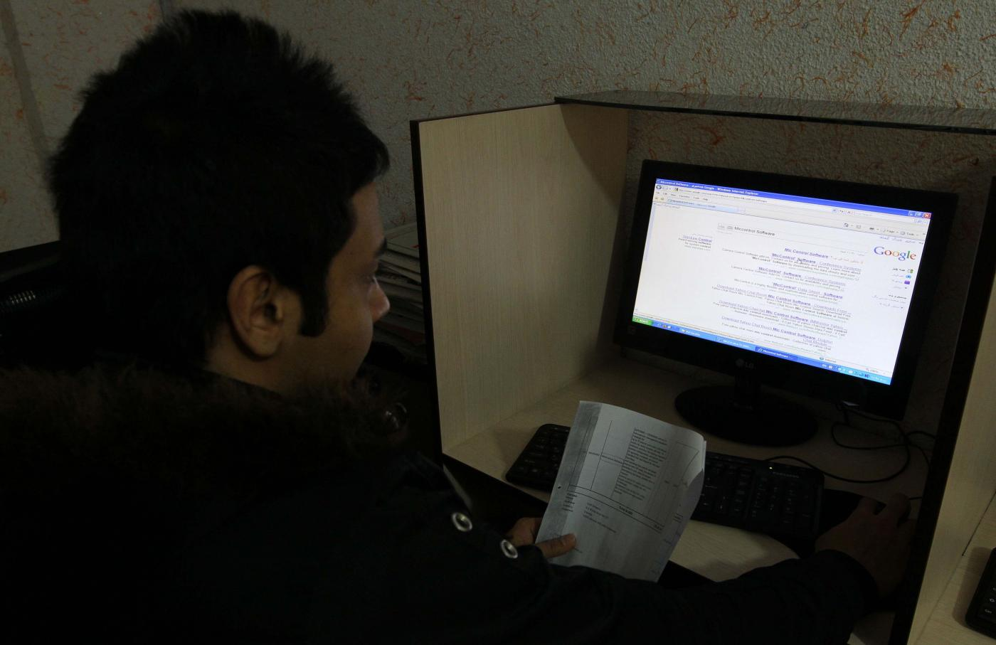 العقوبات تأتي بعد حظر خدمات الإنترنت في إيران وسط احتجاجات ضد ارتفاع أسعار البنزين (AFP)