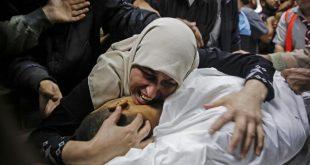 والدة شهيد تودعه في بيت لاهيا بشمال غزة في 12 نوفمبر (اف ب)