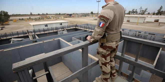 جندي من القوة الأجنبية الفرنسية يقف عند نقطة مراقبة تطل على أماكن التدريب القتالي لجهاز مكافحة الإرهاب العراقي في مطار بغداد الدولي (AFP)