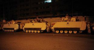 نشر دبابات للجيش المصري قبل ساعات من الانقلاب العسكري في مدينة نصر في القاهرة في 3 يوليو 2013