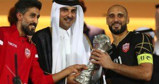 أمير قطر الشيخ تميم بن حمد آل ثاني يسلّم منتخب البحرين كأس البطولة