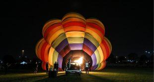 جانب من أول مهرجان للمناطيد الملونة في قطر