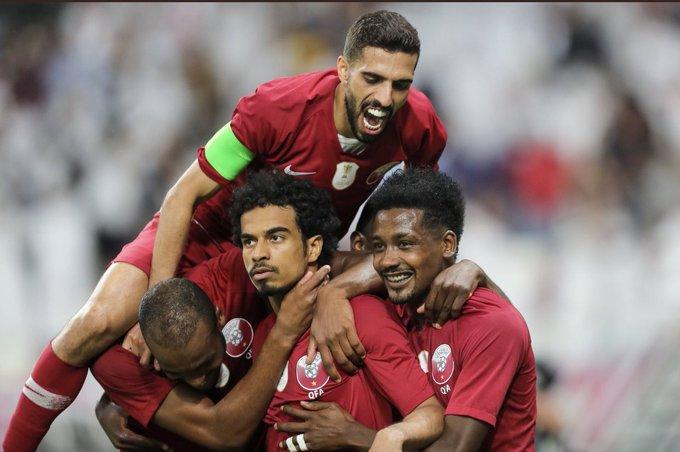 لاعبون من المنتخب القطري خلال الاحتفال بأحد الأهداف في مرمى الإمارات