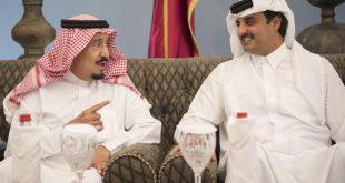 الملك سلمان (يسار) يتحدث مع الأمير القطري الشيخ تميم بن حمد آل ثاني في عام 2016