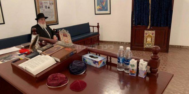 شلومو عمار الحاخام الرئيسي في إسرائيل يجلس في الكنيس الوحيد في البحرين