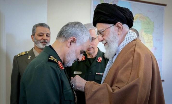 القائد الأعلى الإيراني على خامنئي يقلد قاسم سليماني وسام تقدير (أرشيف)