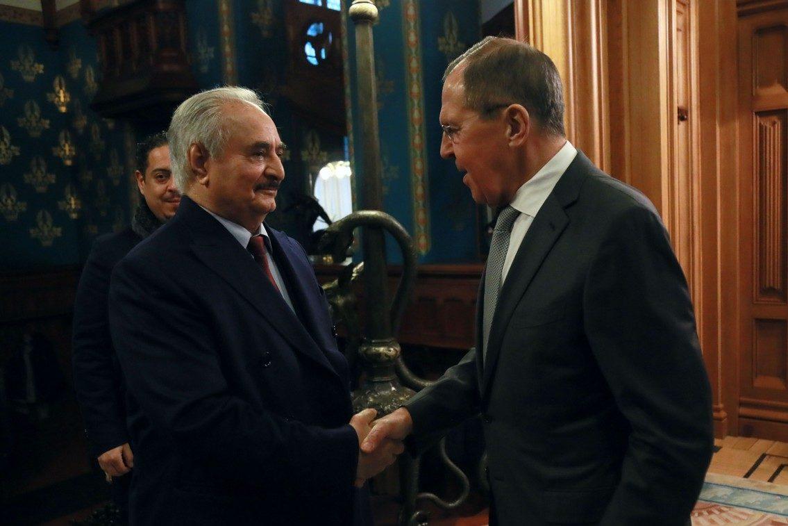 حفتر يصافح وزير الخارجية الروسي أثناء مباحثات وقف إطلاق النار في موسكو