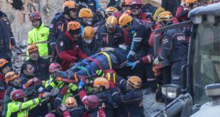 جانب من إنقاذ عالقين جراء زلزال تركيا