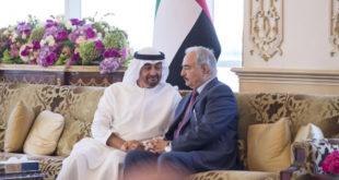 أمير الحرب الليبي خليفة حفتر خلال لقائه ولي عهد أبو ظبي محمد بن زايد