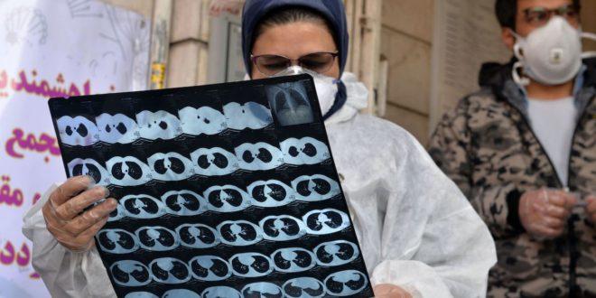 طبيبة تتابع حالات إصابة بفيروس كورونا في إيران