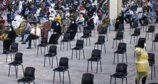 كويتيون ينتظرون في أرض المعارض التي أصبحت مركزًا صحيًا لاختبار فيروس كورونا في مدينة الكويت