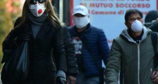 إيطاليون يرتدون أقنعة للحد من انتشار عدوى كورونا في البلاد