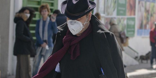رجل يرتدي قناعا للوجه كجزء من إجراءات الحد من عدوى فيروس كورونا في تونس