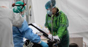 الطواقم الطبية تتابع حالة أحد المصابين بفيروس كورونا في إيطاليا