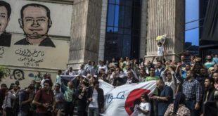 صحفيون يشاركون في احتجاج خارج نقابة الصحفيين بالقاهرة