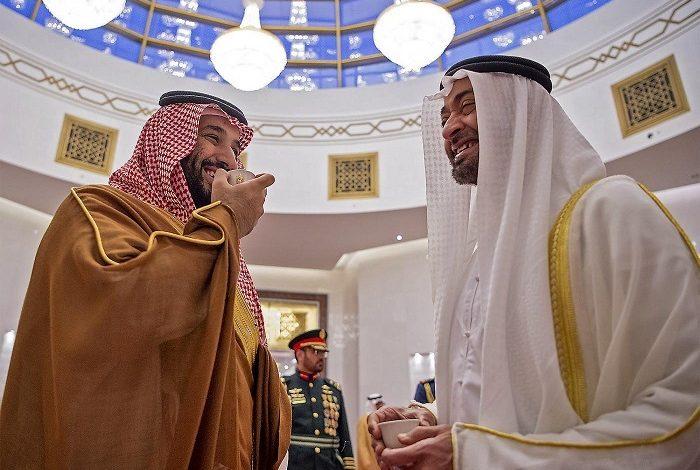 ولي عهد الإمارات محمد بن زايد (يمين) وولي عهد السعودية محمد بن سلمان
