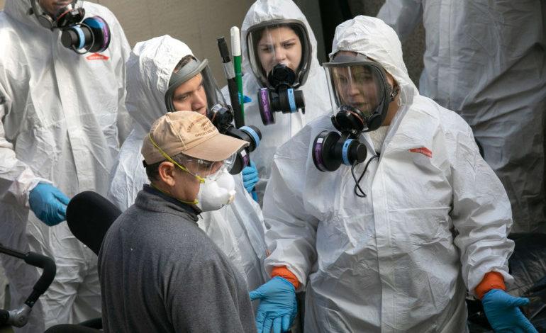 عاملون في الإجراءات الوقائية لمكافحة فيروس كورونا