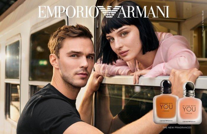 نيكولاس هولت وأليس باجاني في إعلان للعلامة: Emporio Armani