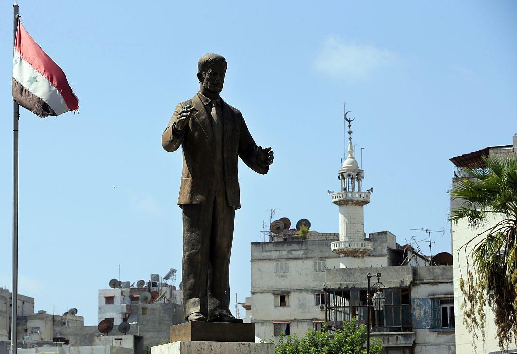 Photo of صورة: النظام السوري يخفي تمثالا لحافظ الأسد قرب القمامة لحمايته من المتظاهرين