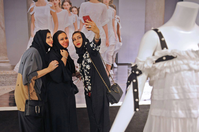 لبس المرأة في السعودية يثير جدلاً