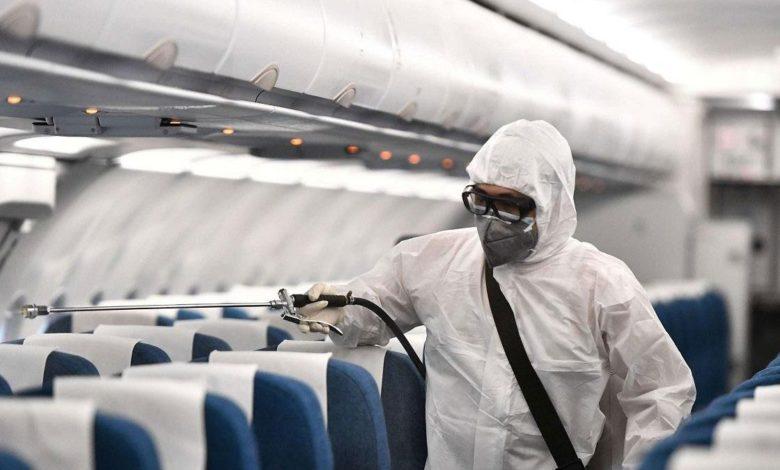 عامل طيران يقوم بتعقيم الطائرة كإجراء وقائي من فايروس كورونا