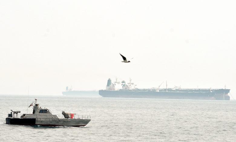 ناقلة نفط في الخليج قرب زورق إيراني
