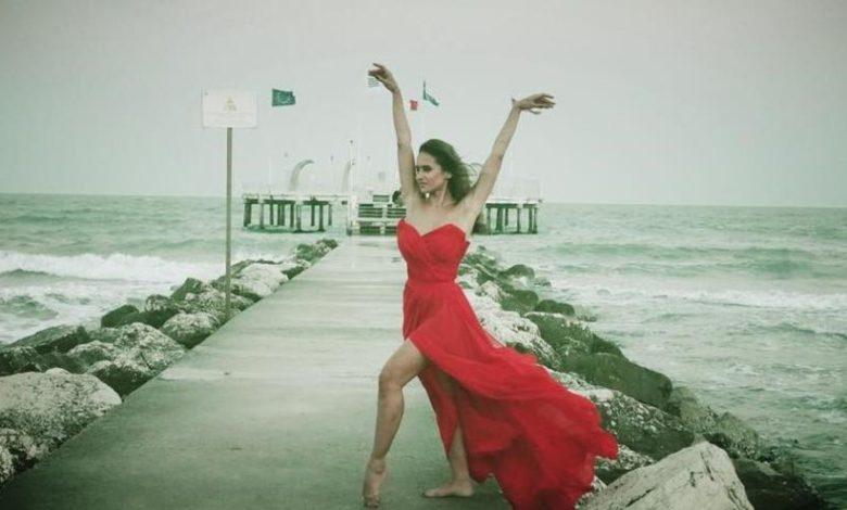 نيللي كريم بفستان أحمر على البحر