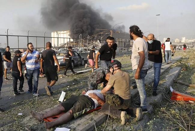 يعيش لبنان حالة حداد بعد التفجير الذي هز المدينة