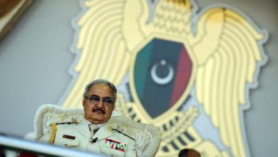 صورة دبلوماسي بريطاني كبير سابق متورط في تحسين صورة خليفة حفتر