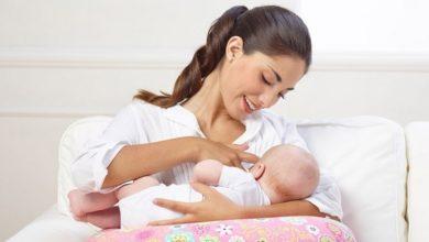 صورة الفرق بين الرضاعة الطبيعية والصناعية وكيفية إرضاع الطفل وعلامات اكتفائه