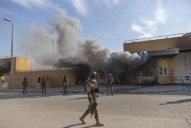 السفارة الأمريكية في بغداد تبحث إغلاق أبوابها