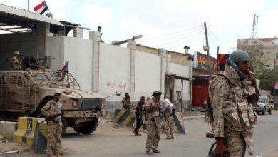 صورة قوى يمنية تدعو لطرد التواجد الإماراتي في منشأة نفطية في شبوة