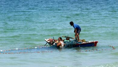 صورة مصر تعيد جثتي صيادين شقيقين من غزة قتلتهما بحريتها