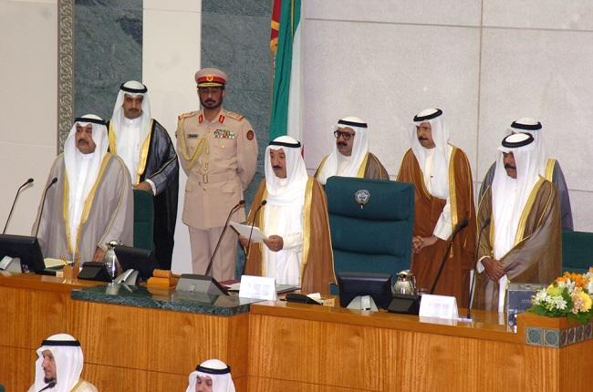 الأمير الراحل الشيخ صباح الأحمد خلال أداء اليمين الدستورية أميراً للكويت أمام مجلس الأمة عام 2006