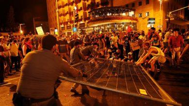 صورة آلاف الإسرائيليين يتظاهرون للمطالبة بتنحي بنيامين نتنياهو