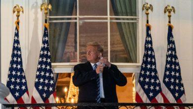 """الرئيس الأمريكي دونالد ترامب يخلع """"الكمامة"""" فور صعوده درج البيت الأبيض بعد خروجه من المستشفى إثر إصابته بفيروس كورونا"""