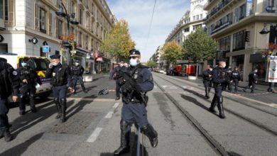 قوات الأمن الفرنسية تحرس المنطقة بعد هجوم بسكين على كنيسة نوتردام في نيس