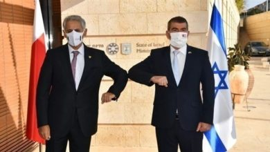 وزيرا الخارجية الإسرائيلي غابي أشكنازي الصناعة والتجارة والسياحة البحريني زايد بن راشد الزياني
