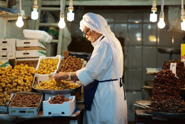 الكويتيون يخفضون نفقاتهم بسبب قيود الحكومة