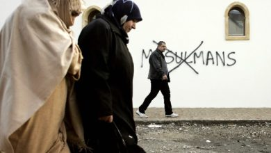 مخربون يخطون شعارات معادية للإسلام على جدار مسجد بفرنسا