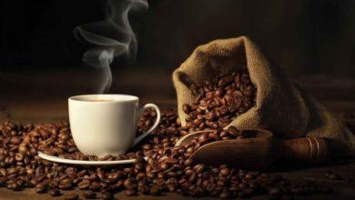شرب كوب من القهوة