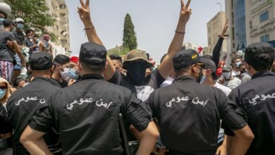 مسيرات خارج البرلمان بعد استحواذ الرئيس على السلطة